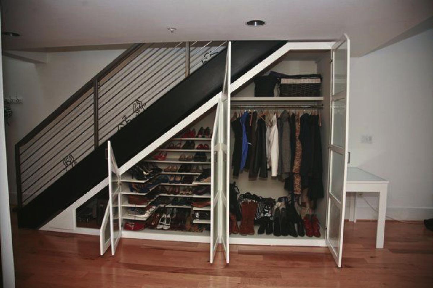 C mo aprovechar el espacio bajo la escalera the for Closet con escalera